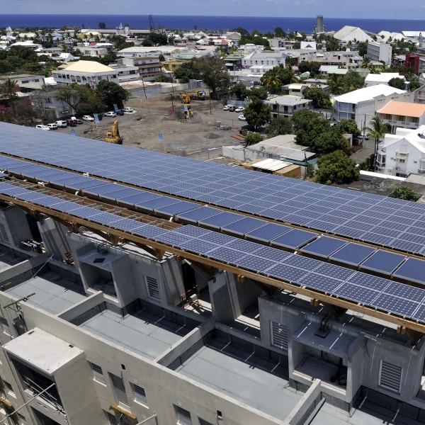 Photovoltaïque - Intégration en ombrière de bâtiment - Réunion